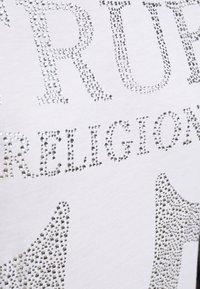 True Religion - CREW NECK - Triko spotiskem - white - 5