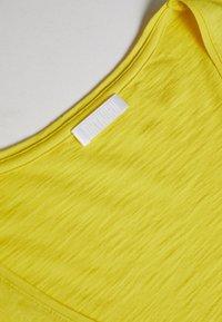 DRYKORN - AVIVI - Basic T-shirt - gelb - 4