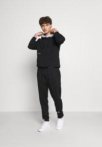 Calvin Klein Jeans - TAPE TRACK PANT - Pantaloni sportivi - black - 1
