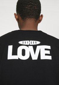 DRYKORN - EDDY LOVE - Print T-shirt - schwarz - 4