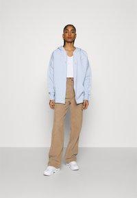 Nike Sportswear - HOODIE EARTH DAY - veste en sweat zippée - light armory blue/heater/white - 1
