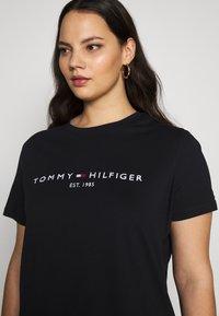 Tommy Hilfiger Curve - REGULAR TEE - Print T-shirt - desert sky - 3