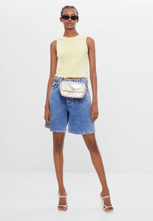 MIT BUNDFALTEN - Jeans Shorts - blue denim