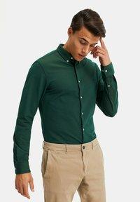 WE Fashion - SLIM FIT - Camicia - dark green - 3