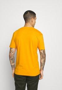 Newport Bay Sailing Club - BOAT 2 PACK - Print T-shirt - navy/mustard - 2