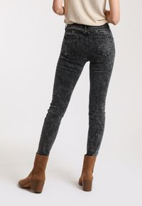 Pimkie - PUSH UP - Jeans Skinny Fit - anthracite/gray - 2