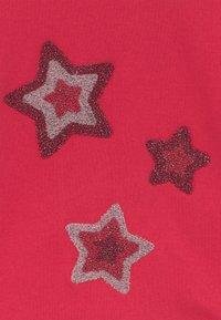 Blue Seven - KIDS STARS HOODIE - Hoodie - hochrot - 3
