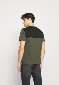Calvin Klein - BOLD STRIPE LOGO - T-shirt con stampa - green - 2