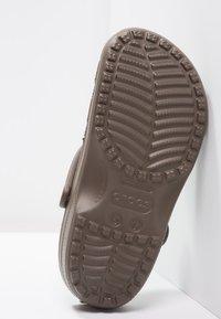 Crocs - CLASSIC UNISEX - Pool slides - chocolate - 4