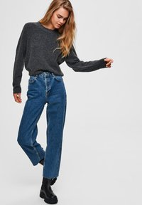 Selected Femme - STRAIGHT FIT HIGH WAIST - Straight leg jeans - medium blue denim - 3