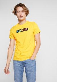 Levi's® - HOUSEMARK GRAPHIC TEE - Print T-shirt - yellow/multi-coloured - 0