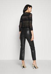 Soaked in Luxury - KAYLEE KICKFLARE PANTS - Broek - black - 2
