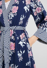 Short Stories - MOTION KIMONO - Dressing gown - pelikan - 4