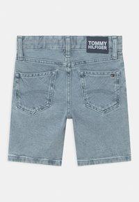 Tommy Hilfiger - SPENCER - Short en jean - marblewash - 1