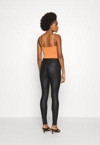 Vero Moda - VMSOPHIA SKINNY BIKER COATED  - Jeans Skinny Fit - black/coated - 2