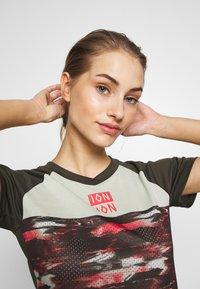 ION - TEE SCRUB AMP DISTORTION  - T-shirt z nadrukiem - root brown - 3