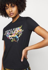 Versace Jeans Couture - TEE - Print T-shirt - black - 4