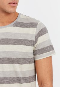 Solid - RUNDHALSSHIRT THICCO - Print T-shirt - monument - 3