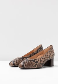 Unisa Wide Fit - LUNIS - Classic heels - mocca - 4