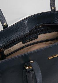 MICHAEL Michael Kors - VOYAGER TOTE - Handbag - admiral - 6