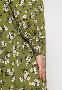New Look Curves - AMELIE FLORAL SMOCK - Denní šaty - green - 6