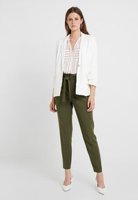 KIOMI TALL - Pantalon classique - olive night - 1