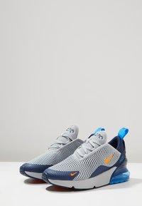 Nike Sportswear - AIR MAX 270 UNISEX - Sneakers laag - wolf grey/total orange/midnight navy/photo blue - 2