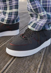 Nike Sportswear - AF1/1 UNISEX - Sneakers laag - black/chile red/pine green - 7