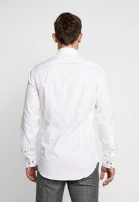 Tommy Hilfiger Tailored - OXFORD CLASSIC SLIM FIT - Camicia elegante - white - 2