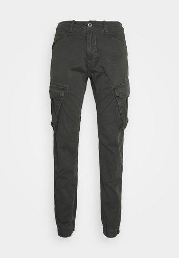 SPY PANT - Reisitaskuhousut - greyblack