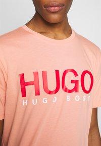 HUGO - DOLIVE - Triko spotiskem - light/pastel orange - 5
