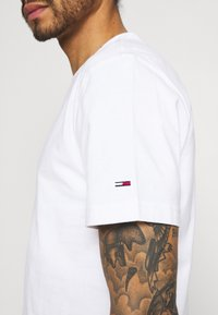 Tommy Jeans - TIMELESS TEE UNISEX - Print T-shirt - white - 3