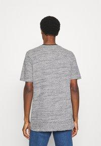 Lyle & Scott - Basic T-shirt - dark navy - 2
