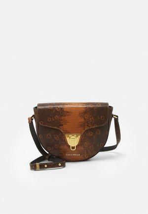 BEAT TEJUS CROSSBODY BAG - Across body bag - caramel