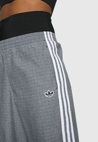 adidas Originals - TRACKPANTS - Joggebukse - black/white - 4