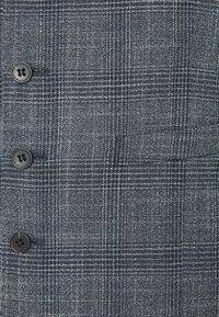 Isaac Dewhirst - BLUE CHECK 3PCS SUIT SUIT - Suit - blue - 9