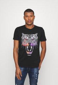 Alessandro Zavetti - GROWLER DUAL TEE - Print T-shirt - jet black black/orange/pink - 0