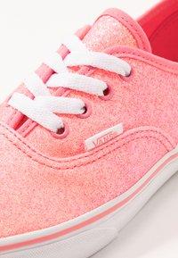 Vans - AUTHENTIC - Zapatillas - neon glitter pink/true white - 2