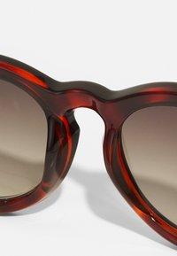 Le Specs - JEALOUS GAMES - Sluneční brýle - toffee tort - 4
