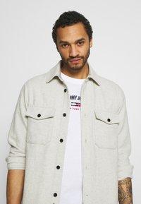Tommy Jeans - TIMELESS SCRIPT TEE UNISEX - T-shirt med print - white - 3