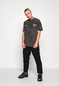 Mennace - UNKNOWN PLANETS TEE - T-shirt con stampa - black - 1