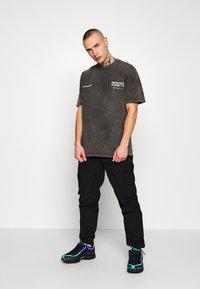 Mennace - UNKNOWN PLANETS TEE - T-shirts print - black - 1