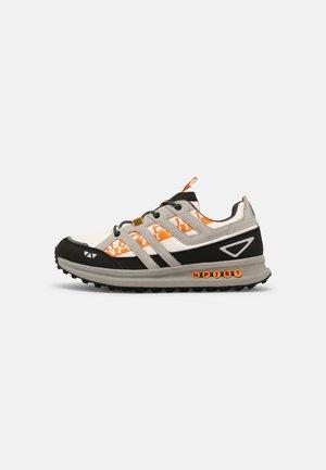 SLATE - Sneakersy niskie - white/black