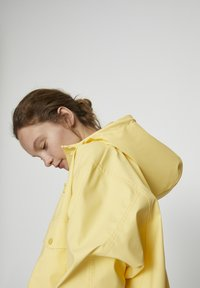 PULL&BEAR - MIT KAPUZE UND TASCHEN - Vodotěsná bunda - yellow - 4