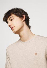 Les Deux - NØRREGAARD - Basic T-shirt - light brown - 4