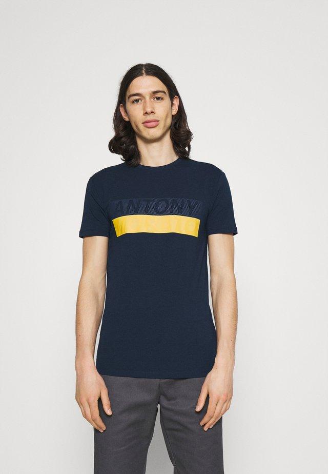 SLIM FIT - Print T-shirt - avio blu