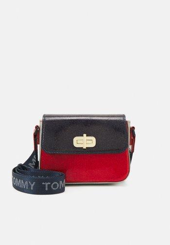 MINI ME TURNLOCK - Across body bag - red