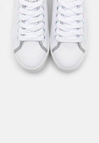 Guess - I-BUDDI - Sneakers basse - white - 5