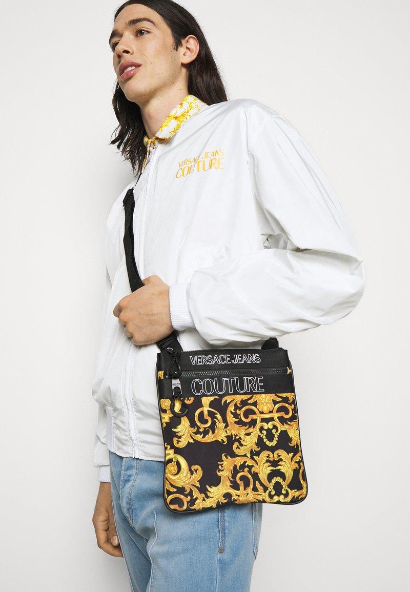 Versace Jeans Couture - UNISEX - Bandolera - black/gold