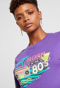 Merchcode - LADIES BORN IN THE 80S TEE - Print T-shirt - ultra violet - 3